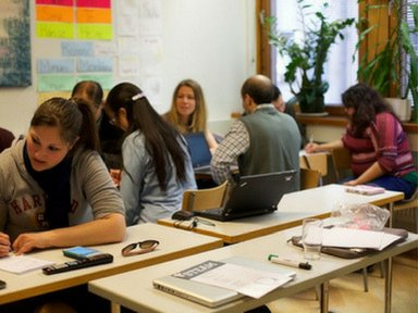 Students learn English together in a classroom.